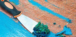 Apakah Anda sadar jika meja antik yang ada di rumah Anda sebenarnya mengandung formalin yang sangat tinggi? Kandungan formalin ini terdapat pada lapisan cat yang menyelimuti meja antik di rumah Anda. Bahaya yang akan didapatkan jika membeiarkan lapisan ini terus menerus tidak dapat ditebak karena bisa datang kapan saja. Maka jika Anda memiliki meja antik di rumah yang dilapisi dengan cat warna mengkilap tinggi dan menimbulkan bau sebaiknya ganti lapisan cat tersebut dengan lapisan cat yang baru dan lebih aman seperti cat kayu water based. Sebelum masuk ke tahapan pengecatan ulang maka Anda perlu menghilangkan lapisan cat yang mengandung formalin pada permukaan meja kayu. Menghilangkan lapisan ini artinya Anda harus menggunakan bahan kimia khusus yang cukup keras untuk menjaga keamanan tubuh Anda. Persiapan yang perlu dilakukan adalah menyiapkan tempat dan alat. Untuk menghilangkan siapkan tempat yang bersih dan luas. Pastikan terdapat sirkulasi udara yang baik agar lapisan dapat dihilangkan dengan benar. Akan ada bau yang keras di sekitar maka dibutuhkan sirkulasi yang baik. Depan ruang garasi rumah adalah tempat yang tepat, lakukan di saat cuaca cerah. Untuk persiapan alat dan bahan Anda perlu menggunakan paint remover khusus. Karena lapisan cat yang mengandung banyak formalin gunakan remover solvent yang dapat mengelupas cat dengan cepat. Siapkan pisau palet untuk mengupas lapisan cat yang telah terangkat setelah aplikasik paint remover. Alat lain yang digunakan adalah sarung tangan, kacamata dan juga amplas. Jangan lupa siapkan lap bersih. Pertama-tama siapkan tempat, Anda bisa meletakan meja antik di atas kertas koran agar Anda tidak kesulitan membersihkan lapisan cat yang telah mengelupas. Tuangkan paint remover ke seluruh permukaan meja antik dengan rata, jangan lupa gunakan sarung tangan dan kacamata. Jangan sekali-kali menyentuh permukaan meja yang telah dituang paint remover. Tunggu beberapa menit hingga lapisan cat mengelupas. Anda akan menemukan lapisan c